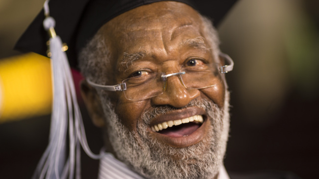 Football Hall of Famer Bobby Bell gets degree at age of 74